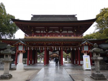 楼門から本殿を望む