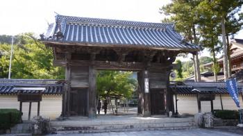 誕生寺山門
