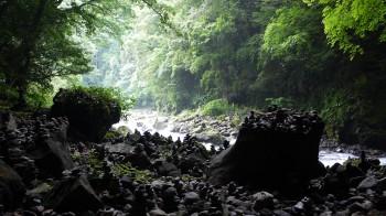 洞窟前の河原
