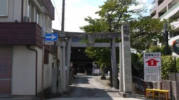 穴切神社入口