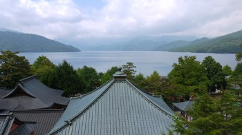 中禅寺本堂屋根越し湖