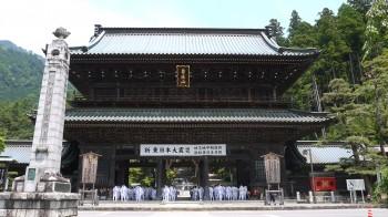 久遠寺三門